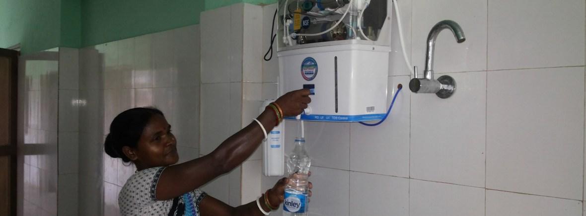 Neuer Wasserfilter für die Leprastation (Foto: Ashakiran)