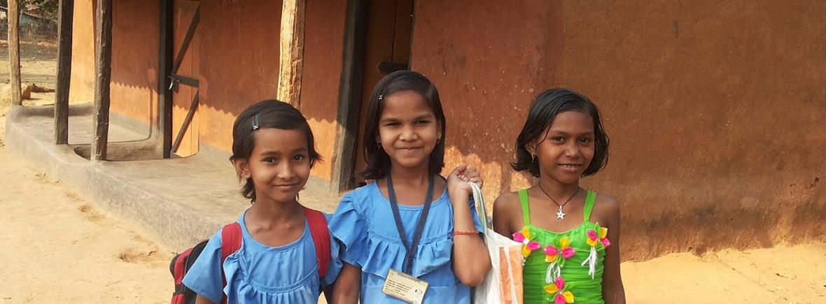 Kinder verarmter Witwen auf dem Weg zur Schule (Foto: Ashakiran)