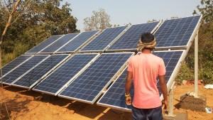 Neue Solaranlage für das Vivekananda Childrenhome in Kurtumgarh installiert von DESI-Technology Solutions (Foto: Ashakiran)