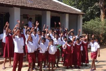 Freude über die neuen Kleider, Vivekananda Childrenhome, Kurtumgarh (Foto: Ashakiran)