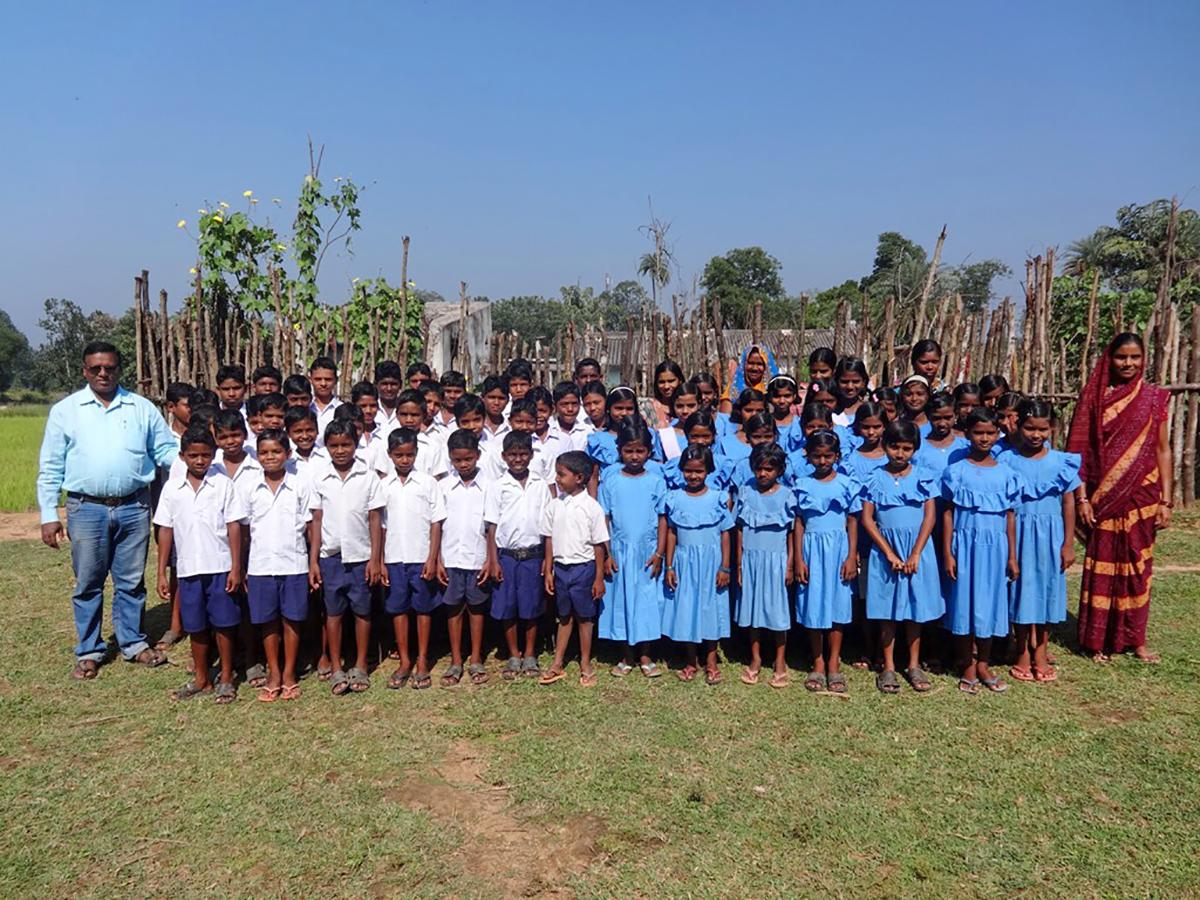 Die 50 Kinder des Blessing Childrenhome in Kurtumgarh mit den Betreuern (Foto: C.M.)
