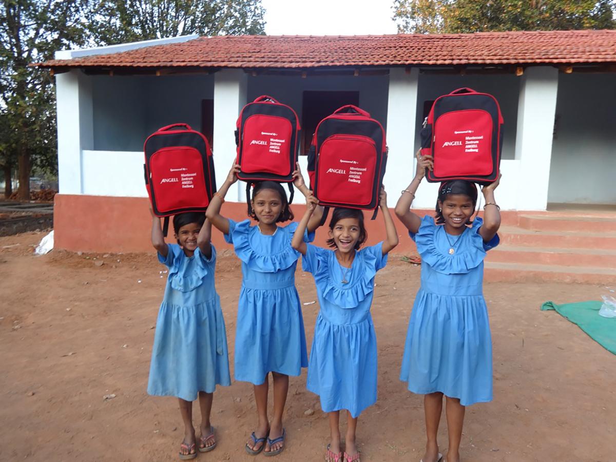 Rote Schultaschen, Spendenaktion der ANGELL Realschule in Freiburg (Foto: Ashakiran)
