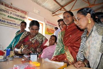 Training für Frauen im Erstellen von Solarlampen, Projekt von DESI Technology Solution (Foto: C.M.)