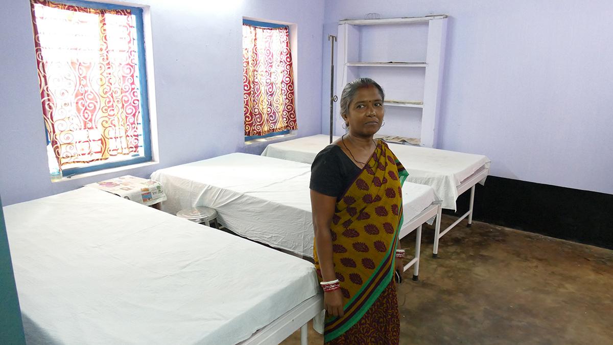 Krankenstation mit Krankenschwester im Banabasi Seva Samiti Zentrum, Balliguda (Foto: C.M.)