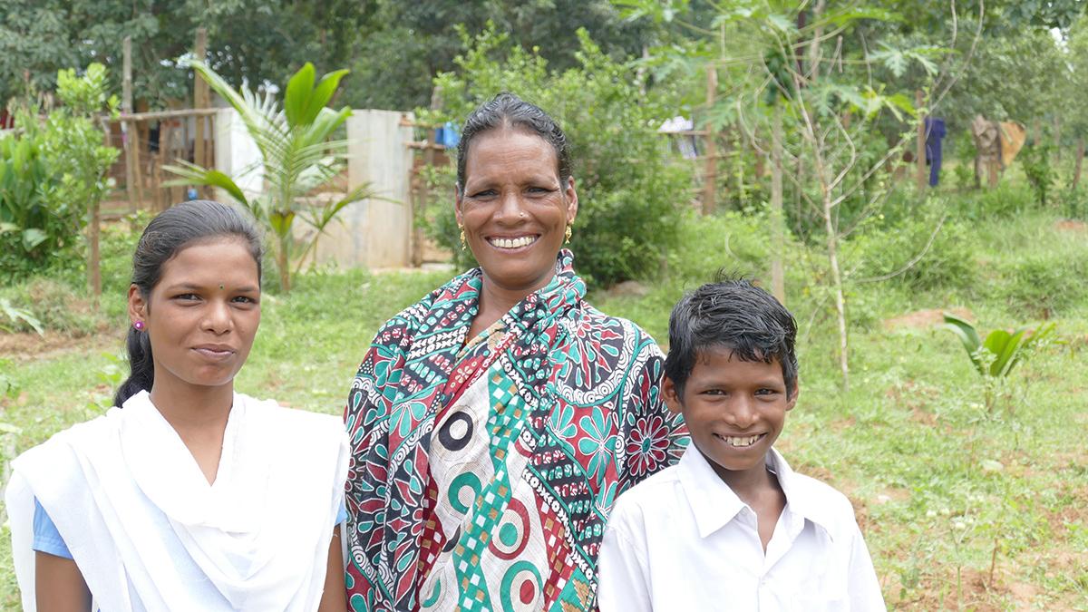 Verarmte Witwen mit den beiden Kindern die zur Schule gehen können (Foto: C.M.)