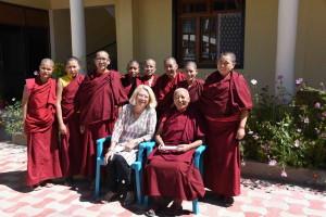 Dr. Palmo, Angmo, Lamo und sechs Amchi-Studentinnen (Foto: Josef Schnyder)