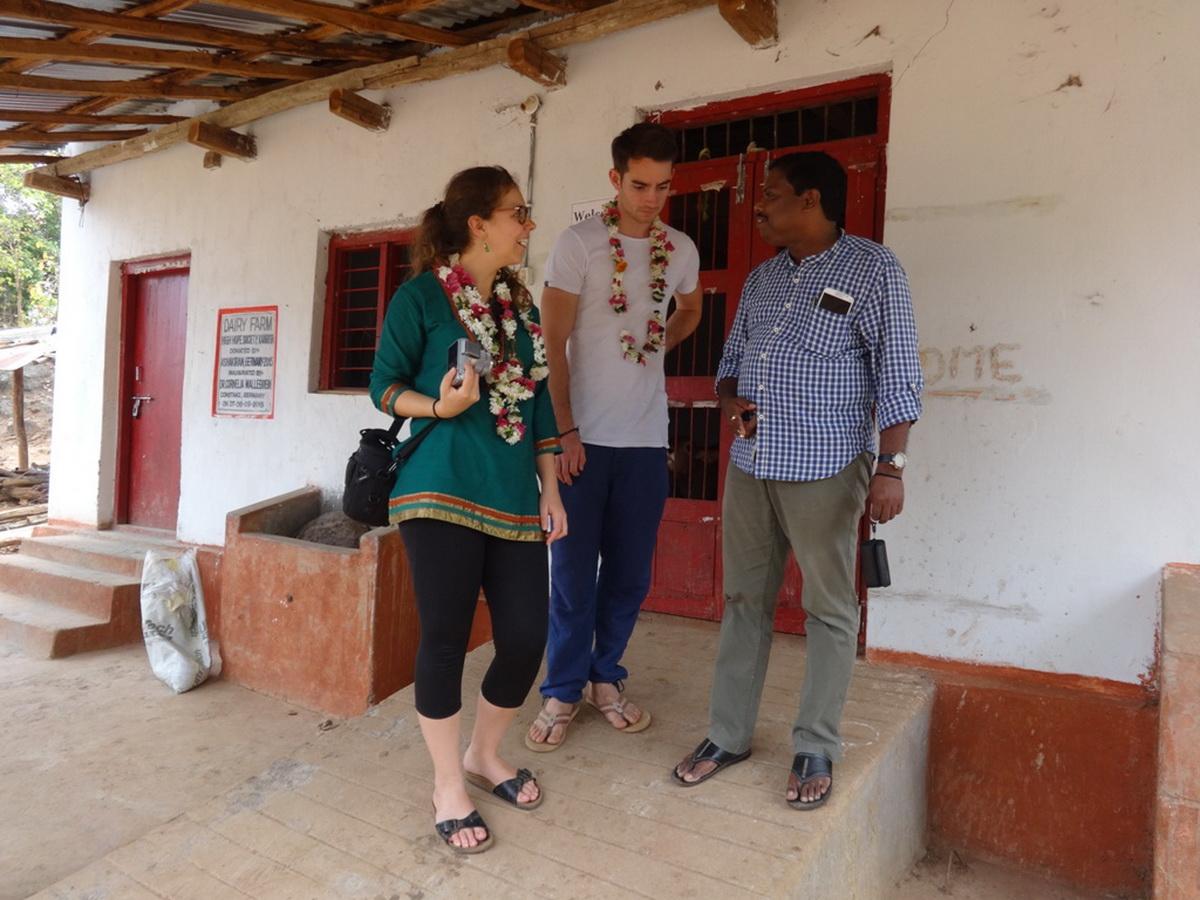 Besuch im Vivekananda Children Home in Kurtumgarh, Ellen Gebauer, Simon Spohn, Benudhar Sutar (Foto: Ashakiran)