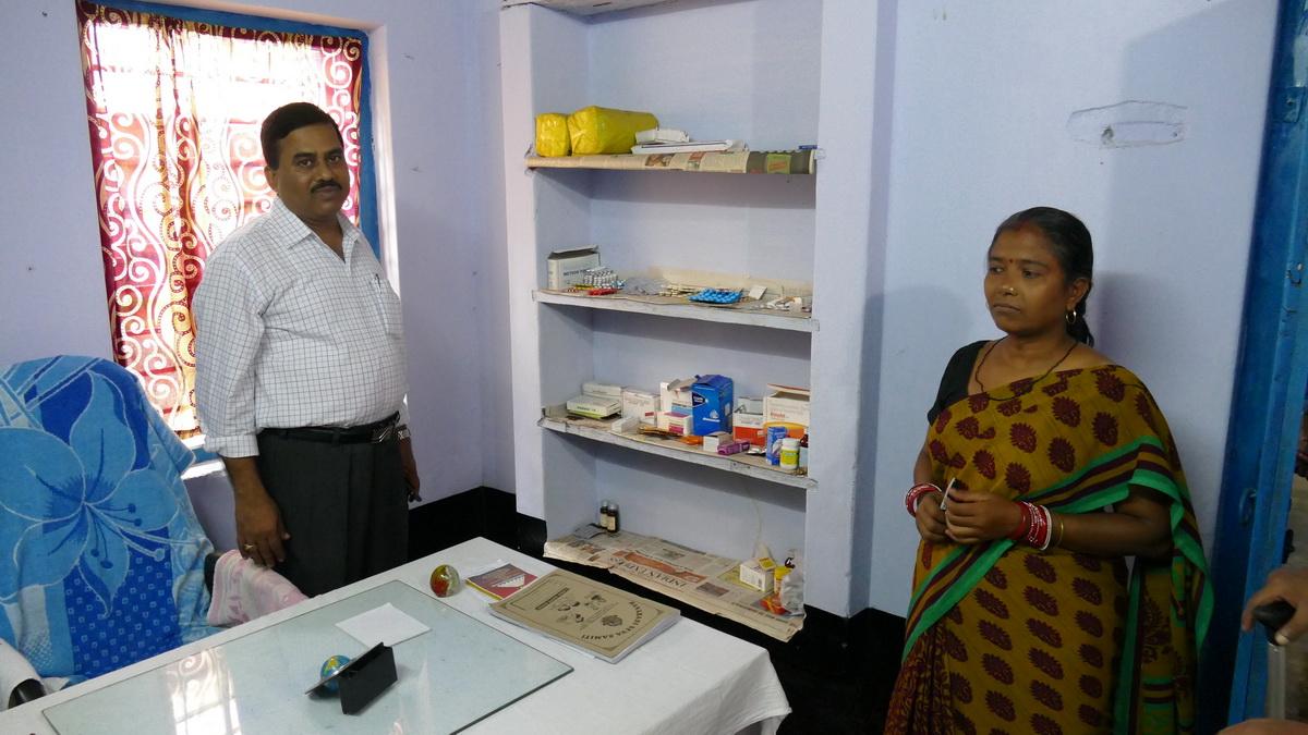 Krankenstation im Banabasi Seva Samiti-Zentrum, Herr Panda und Krankenschwester (Foto: C.M.)