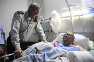 Le Chef d'état-major rend visite au commandant Ziv Shilon après l'attentat