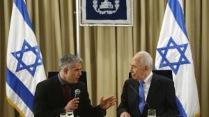 30 janvier 2013: Le président israélien Shimon Pères, à droite, écoute comme Yair Lapid, chef du Atid Yesh (Il y a un avenir), le parti, prend la parole lors de leur rencontre à Jérusalem. (AP / Reuters Pool)