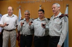 De gauche à droite : le ministre de la Défense Moshe (Bogie) Ya'alon, le porte-parole de Tsahal entrant Motti Almoz, le porte-parole de Tsahal sortant Yoav (Poli) Mordechai, le Chef d'état-major, le lieutenant général Benjamin (Benny) Gantz