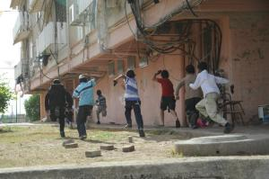 Des enfants israéliens courant pour se mettre à l'abri des roquettes dans le sud du pays