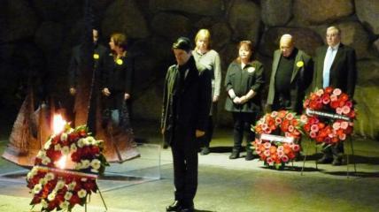 A la crypte de Yad Vashem, pour honorer les victimes de la Shoah. Avec l'ambassadeur de France Patrick Maisonnave et Serge et Beate Klarsfeld
