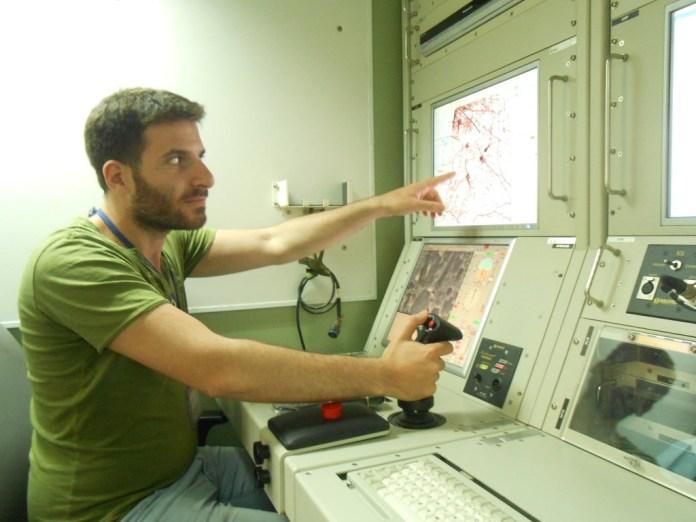 Jonathan-Simon Sellem aux manettes d'un centre de pilotage de drones ©Y. Ancri