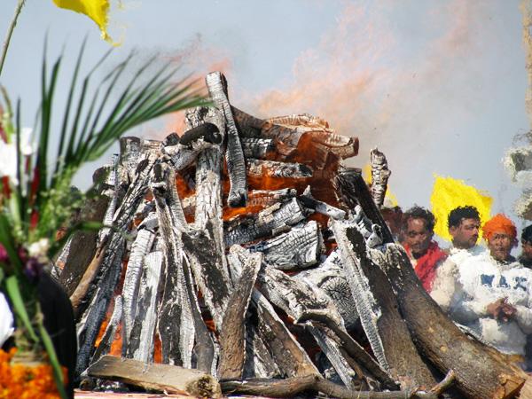 maharishi-cremation-fire