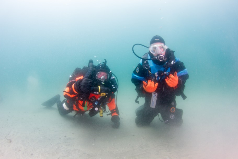 Cristi Quill and a support diver pose during her Guinness World Record Scuba Dive