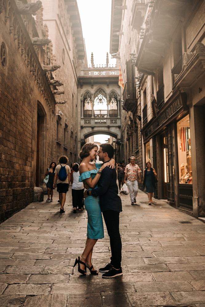 kissing-engagement-shoot-barcelona-spain