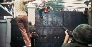 Folla di vietnamiti cerca di entrare nell'ambasciata Usa a Saigon, 20 aprile 1975