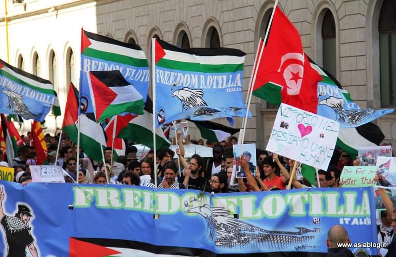 Bandiere Freedom Flotilla. Foto Alessio Fratticcioli