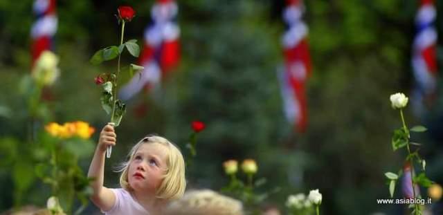 Norvegia Breivik bambina rosa rossa