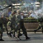 I soldati dell'Esercito Reale Thailandese mentre sparano alle camicie rosse nel maggio del 2010 a Bangkok, in Thailandia