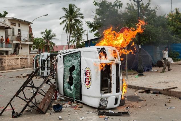 Cambogia elezioni 2013 macchina della polizia distrutta