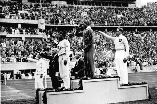 Jesse Owens podio Germania nazista 1936