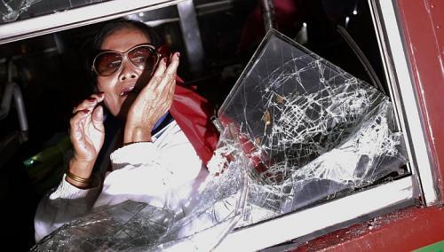 Donna terrorizzata nell'autobus attaccato dagli studenti