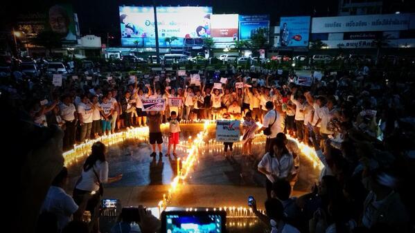 Thailandia °Camicie Bianche° che accendono candele contro l'occupazione della capitale, per la pace e la democrazia.