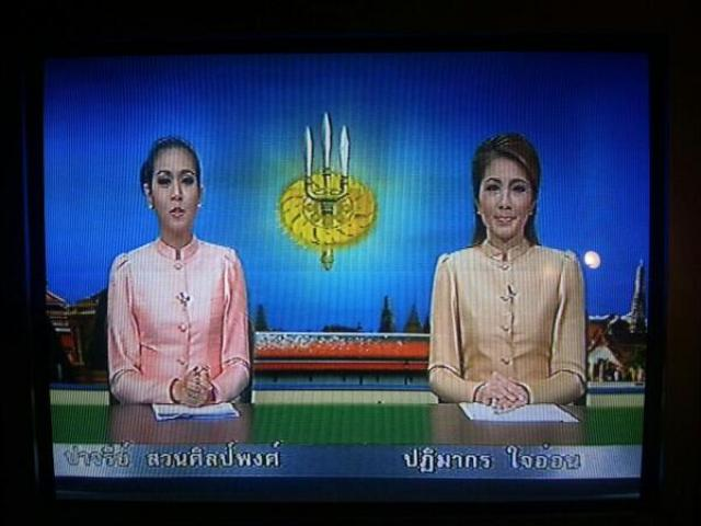 Thailandia: colpo di stato. Le TV trasmettono solo canzoni militari, annunci dei golpisti e notizie sulla famiglia reale.