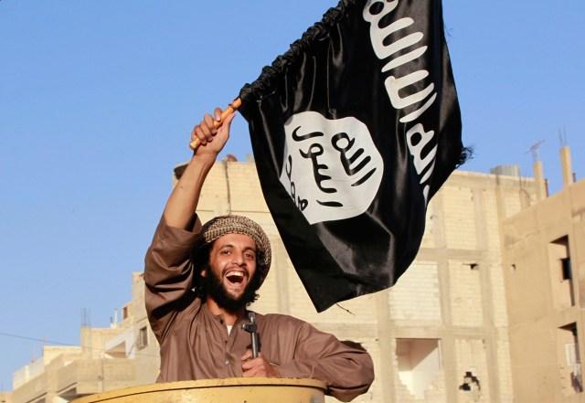 Guerrigliero bandiera nera ISIS.