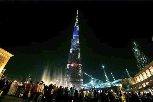 Il Burj Khalifa di Dubai illuminato con i colori della bandiera francese in solidarietà per gli attentati di Parigi.