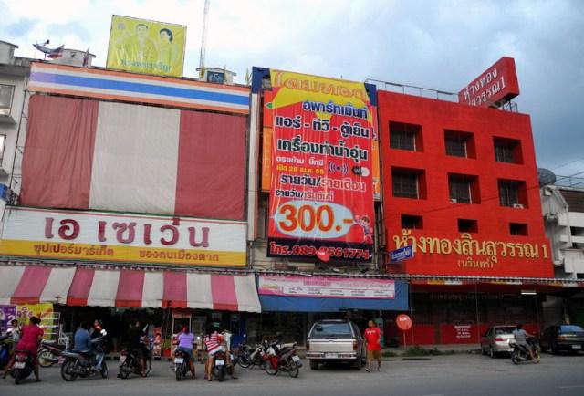 A dx l'esterno del tipico negozio thailandese in cui si vendono gioielli d'oro al dettaglio