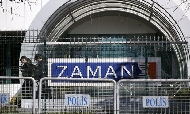 La polizia presso la sede di Zaman a Istanbul - Fotografia: Emrah Gurel / AP