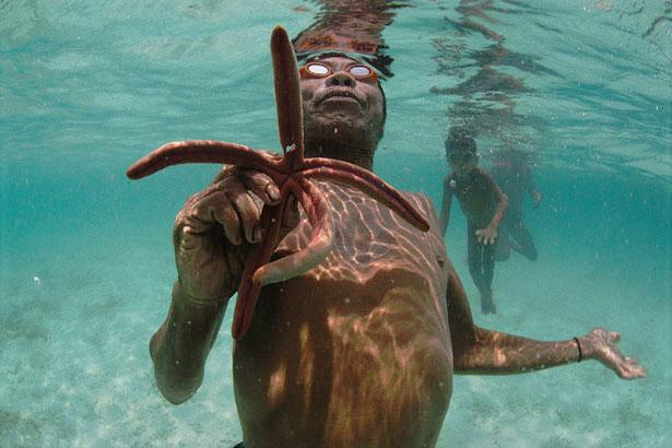 Uomo di etnia Moken. Foto National Geographic