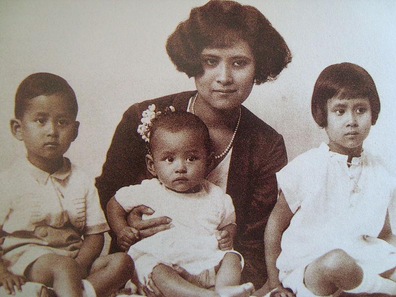 Bhumibol Adulyadej in braccio alla madre con a fianco il fratello e la sorella, in un'immagine del 1929 - commons.wikimedia