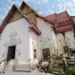 Interno del Wat Phra That Cho Hee (วัด พระ ธาตุ ช่อ แฮ) situato nelle vicinanze della città di Phrae, nel nord della Thailandia, tempio dedicato alla tigre (segno zodiacale), anche il dondolo è trigrato.