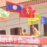 Bandiera del Laos, del Partito e del Buddhismo in una pagoda laotiana. Foto Alessio Fratticcioli