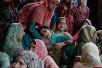 Kashmir funerale di una delle 5 vittime degli scontri del 14 e 15 agosto foto AP Mukhtar Khan