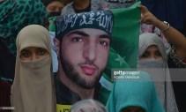 Sostenitrici del partito islamista pakistano Jamaat e-Islami con un poster di Burhan Wani.