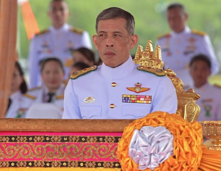 """Il Principe Ereditario Maha Vajiralongkorn ha deciso di posticipare la sua ascesa al trono """"per piangere la morte del padre insieme al popolo"""". Foto PORNCHAI KITTIWONGSAKUL/AFP"""