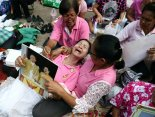 E' morto il re della Thailandia Bhumibol Adulyadej: donna in lacrime davanti all'ospedale di Bangkok dove il re e' deceduto il 13 ottobre 2016.