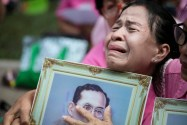 Una donna piange per la morte del re della Thailandia, Bhumibol Adulyadej, Bangkok, 13 ottobre 2016. Foto Wason Wanichakorn/AP