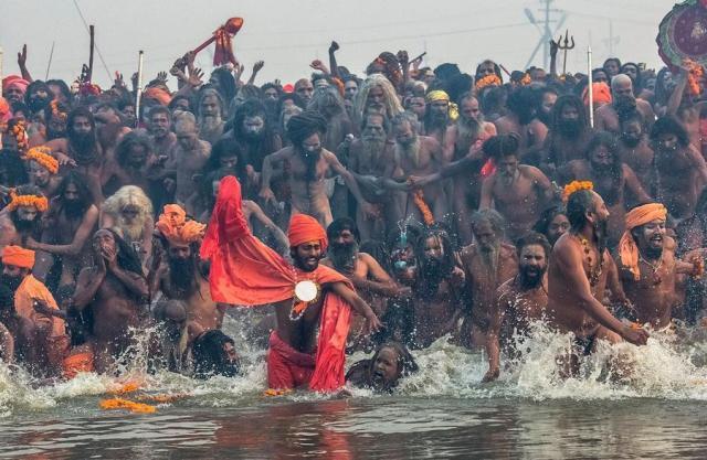 Sadu indiani si immergono nelle acque sacre del Gange durante il festival di Kumbh Mela (कुम्भ मेला) il 14 gennaio 2013. Foto Daniel Berehulak/Getty Images