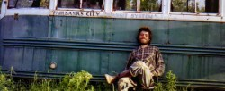 Christopher McCandless davanti al Magic Bus