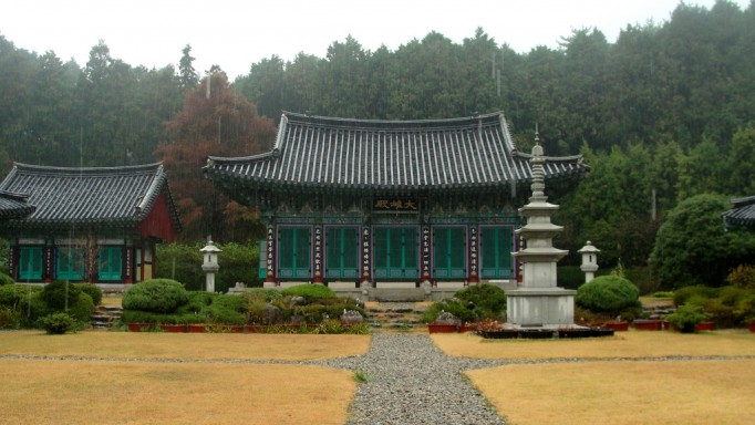 Main-Temple-Building-at-미래사-on-a-Rainy-Day-682x384