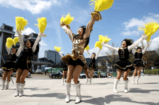 Think you can't try a session of cheerleading at summer school? Think again! This is a common cultural feature of many Korean summer programs .