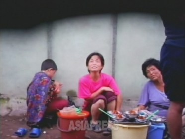 <動画・北朝鮮> 外国人が絶対に行けない平壌裏通り(1) 露店で冷麺、廃品回収に勤しむ老人…たくましき北朝鮮民衆