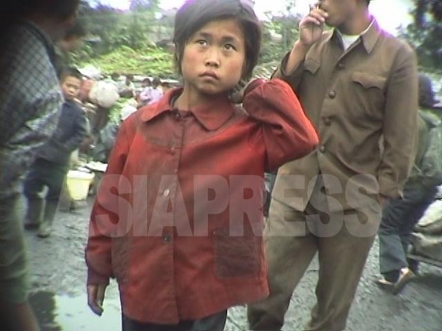 闇市場の食べ物売り場を徘徊していた「コチェビ」の少女。1998年10月江原道元山(ウォンサン)市にて撮影アン・チョル(アジアプレス)