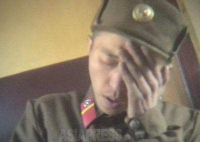 <写真報告>朝鮮人民軍兵士たちの素顔(8) 若い兵士への深刻な迫害撮った  栄養失調で衰弱、軍服脅し取られ、重労働でへたり込む(写真4枚)